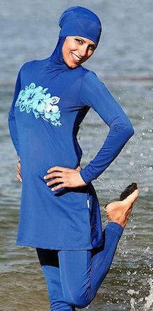 Foto van een vrouw in een boerkini die aan het pootjepaden is. Onderschrift foto: 'De 'boerkini': nu nog aan de stranden van Australië, straks ook bij ons? (Fotobron: flickr.com)'